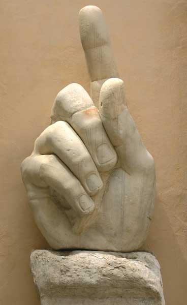 statua_colossale_di_costantino_mano_destra