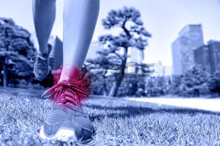 37924168-lesioni-sports-piedi-corridore-con-dolore-alla-caviglia-primo-piano-di-scarpe-da-corsa-di-atterragg